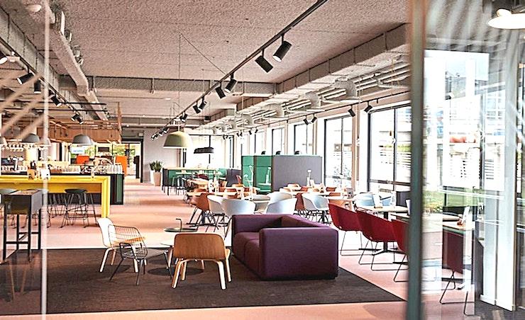 Middle Room 5 **De Middle Room 5 van Aristo is een moderne vergaderlocatie in Amsterdam.**  Aristo Amsterdam is een van de beste locaties voor vergaderingen, trainingen, workshops en conferenties. Het is ideaal gelegen naast het NS-station Amsterdam Sloterdijk en in de buurt van de zakenwijk Teleport.  Er zijn in totaal 51 vergaderzalen waardoor Aristo Amsterdam perfect uitgerust is voor zakelijke bijeenkomsten. Deze grote vergaderlocatie kan van 2 tot 200 personen bedienen. Daarnaast is Aristo reeds 35 jaar actief in de meeting industrie waardoor samenwerken met hen erg vlot verloopt. Hun vergaderzalen beschikken ook over de mogelijkheid om audio- en visuele hulpmiddelen te gebruiken om uw vergadering nog efficiënter te laten verlopen.