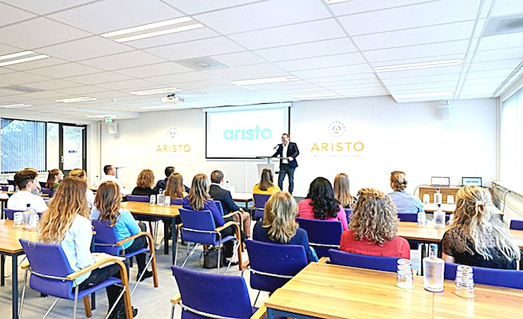 Middle Room 8 **Op zoek naar een stijlvolle vergaderlocatie in Amsterdam? Dan is Middle Room 8 van Aristo de juiste keuze.**  Aristo Amsterdam is een van de beste locaties voor vergaderingen, trainingen, workshops