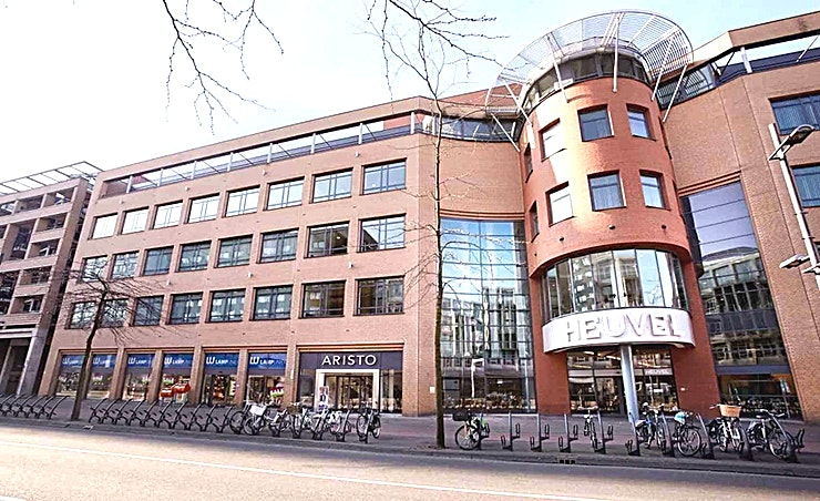 Flex Space **Flex Space is een unieke vergaderlocatie te huur bij Aristo Amsterdam.**  Aristo Amsterdam is een van de beste locaties voor vergaderingen, trainingen, workshops en conferenties. Het is ideaal gelegen naast het NS-station Amsterdam Sloterdijk en in de buurt van de zakenwijk Teleport.  Er zijn in totaal 51 vergaderzalen in Aristo Amsterdam die perfect uitgerust zijn voor zakelijke bijeenkomsten. Deze grote vergaderlocatie kan van 2 tot 200 personen bedienen. Aristo is reeds 35 jaar actief in de meeting industrie waardoor het makkelijk samenwerken is. Hun vergaderruimtes beschikken ook over de mogelijkheid om audio- en visuele hulpmiddelen zodat uw vergadering efficiënt afgewerkt kan worden.