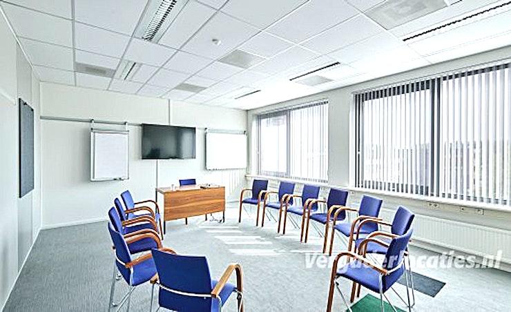 Small Room **Aristo Eindhoven is de thuisbasis van vele grote vergaderruimte. Met de Small Room kan u een van die grote ruimtes huren.**  Aristo Eindhoven is een van de beste locaties voor vergaderingen, trainingen, workshops en conferenties.  Er zijn in totaal 15 vergaderzalen bij Aristo Eindhoven die perfect uitgerust zijn voor zakelijke bijeenkomsten. Deze grote vergaderlocatie kan van 2 tot 200 personen bedienen. Aristo is reeds 35 jaar actief in de meeting industrie en brengt veel ervaring naar de tafel, waardoor het gemakkelijk samenwerken is. Hun vergaderzalen beschikken ook over de mogelijkheid om audio- en visuele hulpmiddelen zodat uw vergadering nog efficiënter kunnen zijn.