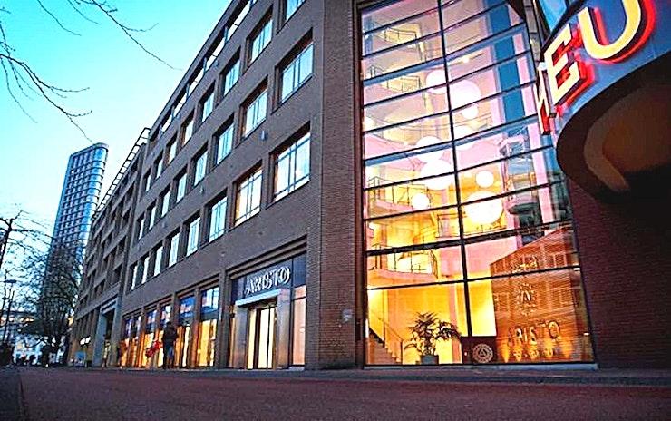 Large Room 2 **Large Room 2 is een grote vergaderlocatie van Aristo Eindhoven.**  Aristo Eindhoven is een van de beste locaties voor vergaderingen, trainingen, workshops en conferenties.  Er zijn in totaal 15 vergaderzalen bij Aristo Eindhoven die perfect uitgerust zijn voor zakelijke bijeenkomsten. Deze grote vergaderlocatie kan van 2 tot 200 personen bedienen. Aristo is reeds 35 jaar actief in de meeting industrie en brengt veel ervaring naar de tafel, waardoor het gemakkelijk samenwerken is. Hun vergaderzalen beschikken ook over de mogelijkheid om audio- en visuele hulpmiddelen zodat uw vergadering nog efficiënter kunnen zijn.