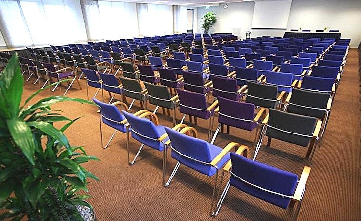 Large Room 3 **Large Room 3 is een grote vergaderlocatie van Aristo Eindhoven.**  Aristo Eindhoven is een van de beste locaties voor vergaderingen, trainingen, workshops en conferenties.  Er zijn in totaal 15 vergaderzalen bij Aristo Eindhoven die perfect uitgerust zijn voor zakelijke bijeenkomsten. Deze grote vergaderlocatie kan van 2 tot 200 personen bedienen. Aristo is reeds 35 jaar actief in de meeting industrie en brengt veel ervaring naar de tafel, waardoor het gemakkelijk samenwerken is. Hun vergaderzalen beschikken ook over de mogelijkheid om audio- en visuele hulpmiddelen zodat uw vergadering nog efficiënter kunnen zijn.