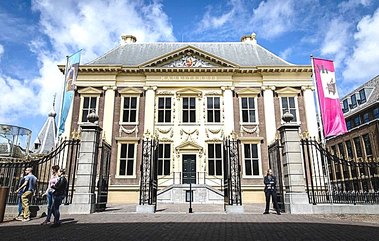 Nassau **Nassau is een van de fantastische locaties bij Mauritshuis met fantastisch uitzicht op Binnenhof en is voorzien voor zakelijke evenementen en private partijen.**  De Koninklijke Nederlandse Shell Wing heeft verschillende Art Deco stijl ingerichte kamers. Bij Mauritshuis kunt u terecht voor een diner (30 gasten) of combineer deze kamer met een van de andere kamers voor een receptie met maximaal 200 gasten. Deze kamer heeft ook een fantastisch uitzicht over het historische Binnenhof.