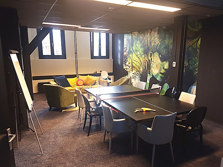 The Parcel **The Parcel is een nieuwe, stijlvolle vergaderruimte in de Magna Plaza in Amsterdam.**  Deze ruimte is geschikt voor voor maximaal 20 personen en verrast met haar bijzondere architectuur. Deze zaa