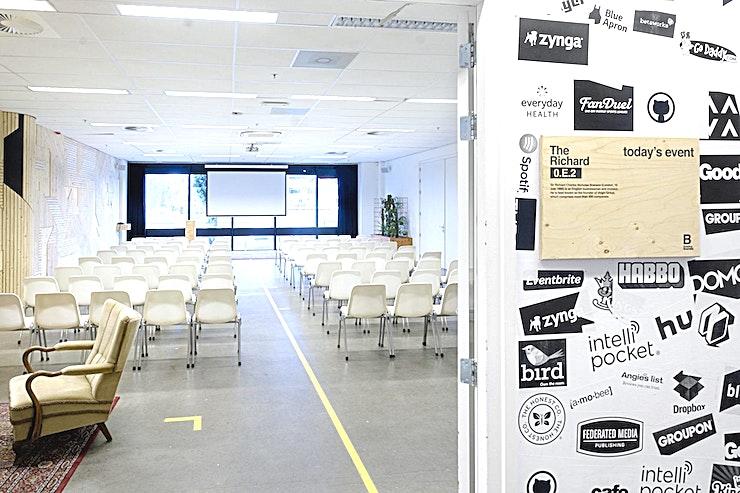 The Richard **Met een theater opstelling is The Richard een geweldige vergaderlocatie in B. Amsterdam.**  Bent u op zoek naar een evenementenlocatie of vergaderzaal in Amsterdam voor uw zakelijke evenement? B. Amsterdam is een sociale omgeving om innovatieve ondernemers te verbinden, om te leren, te creëren en te groeien. We hebben de juiste ruimte voor uw brainstormsessie, presentatie, screening, congres of hacketon.  B. Amsterdam biedt een scala aan inspirerende evenementenlocaties die van 4 tot en met 1000 mensen kunnen bedienen. B. Amsterdam beschikt ook over alle technische apparatuur die u nodig hebt, een restaurant op het dak met heerlijk eten en een bioscoop. B. Amsterdam is gemakkelijk te bereiken met de auto of het openbaar vervoer. Ligt vlak bij de A4 en met voldoende parkeergelegenheid.