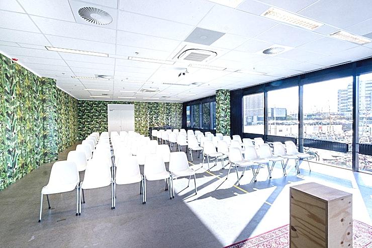 The Muhammad **The Muhammad van B. Amsterdam is vernoemd naar de iconische Muhammad Yunus en is de perfecte vergaderlocatie in Amsterdam.**  Bent u op zoek naar een evenementenlocatie of vergaderzaal in Amsterdam voor uw zakelijke evenement? B. Amsterdam is een sociale omgeving om innovatieve ondernemers te verbinden, om te leren, te creëren en te groeien. We hebben de juiste ruimte voor uw brainstormsessie, presentatie, screening, congres of hacketon.   B. Amsterdam biedt een scala aan inspirerende evenementenlocaties die van 4 tot en met 1000 mensen kunnen bedienen. B. Amsterdam beschikt ook over alle technische apparatuur die u nodig hebt, een restaurant op het dak met heerlijk eten en een bioscoop. B. Amsterdam is gemakkelijk te bereiken met de auto of het openbaar vervoer. Ligt vlak bij de A4 en met voldoende parkeergelegenheid.