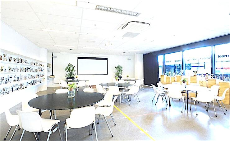 The Chris **The Chris bij B. Amsterdam is de perfecte vergaderlocatie of breakout ruimte.**  Bent u op zoek naar een evenementenlocatie of vergaderzaal in Amsterdam voor uw zakelijke evenement? B. Amsterdam is een sociale omgeving om innovatieve ondernemers te verbinden, om te leren, te creëren en te groeien. We hebben de juiste ruimte voor uw brainstormsessie, presentatie, screening, congres of hacketon.   B. Amsterdam biedt een scala aan inspirerende evenementenlocaties die van 4 tot en met 1000 mensen kunnen bedienen. B. Amsterdam beschikt ook over alle technische apparatuur die u nodig hebt, een restaurant op het dak met heerlijk eten en een bioscoop. B. Amsterdam is gemakkelijk te bereiken met de auto of het openbaar vervoer. Ligt vlak bij de A4 en met voldoende parkeergelegenheid.