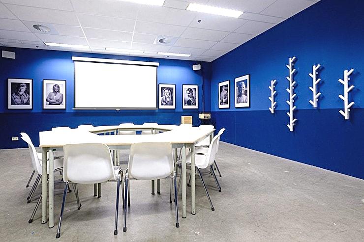 The Arianna **De Arianna is de ideale vergaderlocatie voor uw volgende kleine en besloten bijeenkomst in Amsterdam.**  Bent u op zoek naar een evenementenlocatie of vergaderzaal in Amsterdam voor uw zakelijke evenement? B. Amsterdam is een sociale omgeving om innovatieve ondernemers te verbinden, om te leren, te creëren en te groeien. We hebben de juiste ruimte voor uw brainstormsessie, presentatie, screening, congres of hacketon.   B. Amsterdam biedt een scala aan inspirerende evenementenlocaties die van 4 tot en met 1000 mensen kunnen bedienen. B. Amsterdam beschikt ook over alle technische apparatuur die u nodig hebt, een restaurant op het dak met heerlijk eten en een bioscoop. B. Amsterdam is gemakkelijk te bereiken met de auto of het openbaar vervoer. Ligt vlak bij de A4 en met voldoende parkeergelegenheid.
