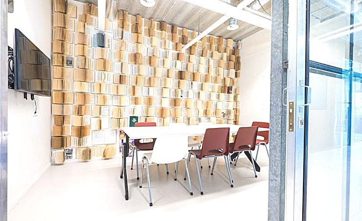 The Sara **The Sara is de ideale keuze voor een kleine vergadering in Amsterdam.**  Bent u op zoek naar een evenementenlocatie of vergaderzaal in Amsterdam voor uw zakelijke evenement? B. Amsterdam is een sociale omgeving om innovatieve ondernemers te verbinden, om te leren, te creëren en te groeien. We hebben de juiste ruimte voor uw brainstormsessie, presentatie, screening, congres of hacketon.   B. Amsterdam biedt een scala aan inspirerende evenementenlocaties die van 4 tot en met 1000 mensen kunnen bedienen. B. Amsterdam beschikt ook over alle technische apparatuur die u nodig hebt, een restaurant op het dak met heerlijk eten en een bioscoop. B. Amsterdam is gemakkelijk te bereiken met de auto of het openbaar vervoer. Ligt vlak bij de A4 en met voldoende parkeergelegenheid.