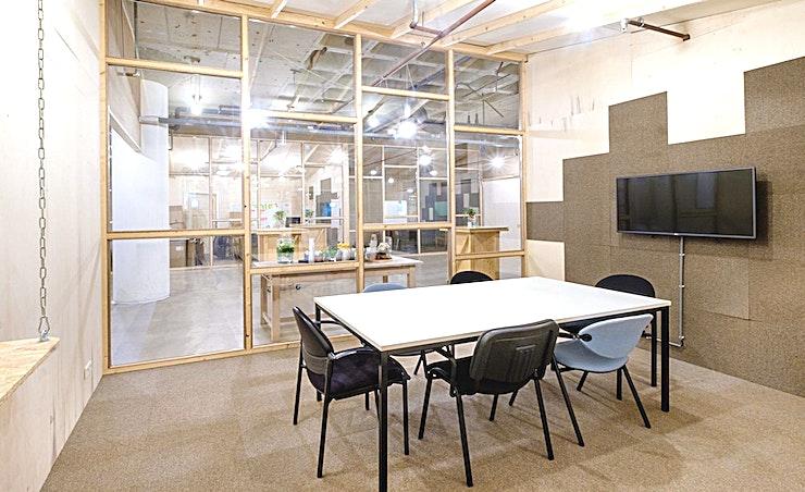 The William **The William van B. Amsterdam is een stijlvolle vergaderlocatie in de hoofdstad.**  Bent u op zoek naar een evenementenlocatie of vergaderzaal in Amsterdam voor uw zakelijke evenement? B. Amsterdam is een sociale omgeving om innovatieve ondernemers te verbinden, om te leren, te creëren en te groeien. We hebben de juiste ruimte voor uw brainstormsessie, presentatie, screening, congres of hacketon.   B. Amsterdam biedt een scala aan inspirerende evenementenlocaties die van 4 tot en met 1000 mensen kunnen bedienen. B. Amsterdam beschikt ook over alle technische apparatuur die u nodig hebt, een restaurant op het dak met heerlijk eten en een bioscoop. B. Amsterdam is gemakkelijk te bereiken met de auto of het openbaar vervoer. Ligt vlak bij de A4 en met voldoende parkeergelegenheid.