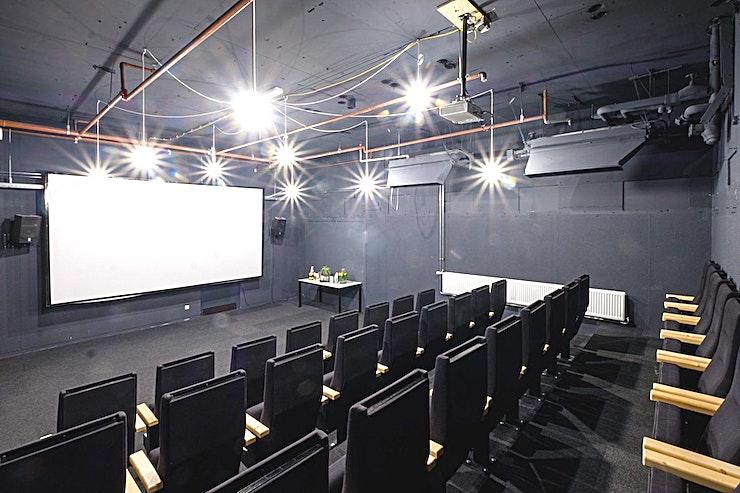 The George **The George van B. Amsterdam is een prachtige en moderne vergaderzaal.**  Bent u op zoek naar een evenementenlocatie of vergaderzaal in Amsterdam voor uw zakelijke evenement? B. Amsterdam is een sociale omgeving om innovatieve ondernemers te verbinden, om te leren, te creëren en te groeien. We hebben de juiste ruimte voor uw brainstormsessie, presentatie, screening, congres of hacketon.   B. Amsterdam biedt een scala aan inspirerende evenementenlocaties die van 4 tot en met 1000 mensen kunnen bedienen. B. Amsterdam beschikt ook over alle technische apparatuur die u nodig hebt, een restaurant op het dak met heerlijk eten en een bioscoop. B. Amsterdam is gemakkelijk te bereiken met de auto of het openbaar vervoer. Ligt vlak bij de A4 en met voldoende parkeergelegenheid.