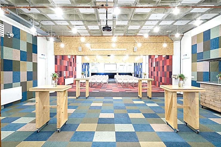 The Mark **The Mark is een veelzijdige evenementenlocatie van B. Amsterdam. Deze ruimte kan ingedeeld worden in kleinere kamers of kan in combinatie met andere kamers een grootse evenementenlocatie worden.**  Bent u op zoek naar een evenementenlocatie of vergaderzaal in Amsterdam voor uw zakelijke evenement? B. Amsterdam is een sociale omgeving om innovatieve ondernemers te verbinden, om te leren, te creëren en te groeien. We hebben de juiste ruimte voor uw brainstormsessie, presentatie, screening, congres of hacketon.   B. Amsterdam biedt een scala aan inspirerende evenementenlocaties die van 4 tot en met 1000 mensen kunnen bedienen. B. Amsterdam beschikt ook over alle technische apparatuur die u nodig hebt, een restaurant op het dak met heerlijk eten en een bioscoop. B. Amsterdam is gemakkelijk te bereiken met de auto of het openbaar vervoer. Ligt vlak bij de A4 en met voldoende parkeergelegenheid.