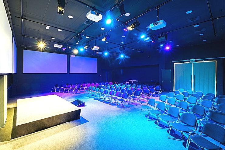 The Louis **The Louis is een grote, theater achtige evenementenlocatie en is geschikt voor conferenties en screenings in Amsterdam.**  Bent u op zoek naar een evenementenlocatie of vergaderzaal in Amsterdam voor uw zakelijke evenement? B. Amsterdam is een sociale omgeving om innovatieve ondernemers te verbinden, om te leren, te creëren en te groeien. We hebben de juiste ruimte voor uw brainstormsessie, presentatie, screening, congres of hacketon.   B. Amsterdam biedt een scala aan inspirerende evenementenlocaties die van 4 tot en met 1000 mensen kunnen bedienen. B. Amsterdam beschikt ook over alle technische apparatuur die u nodig hebt, een restaurant op het dak met heerlijk eten en een bioscoop. B. Amsterdam is gemakkelijk te bereiken met de auto of het openbaar vervoer. Ligt vlak bij de A4 en met voldoende parkeergelegenheid.