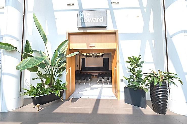 The Howard **The Howard is een van de prachtige vergaderlocaties beschikbaar voor huur bij B. Amsterdam.**  Bent u op zoek naar een evenementenlocatie of vergaderzaal in Amsterdam voor uw zakelijke evenement? B. Amsterdam is een sociale omgeving om innovatieve ondernemers te verbinden, om te leren, te creëren en te groeien. We hebben de juiste ruimte voor uw brainstormsessie, presentatie, screening, congres of hacketon.   B. Amsterdam biedt een scala aan inspirerende evenementenlocaties die van 4 tot en met 1000 mensen kunnen bedienen. B. Amsterdam beschikt ook over alle technische apparatuur die u nodig hebt, een restaurant op het dak met heerlijk eten en een bioscoop. B. Amsterdam is gemakkelijk te bereiken met de auto of het openbaar vervoer. Ligt vlak bij de A4 en met voldoende parkeergelegenheid.