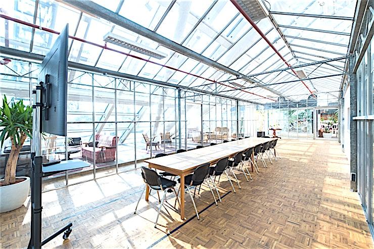 The Jack **The Jack van B. Amsterdam is een schitterende vergaderlocatie die volledig afgewerkt is met glas en biedt daardoor bijzonder veel daglicht.**  Bent u op zoek naar een evenementenlocatie of vergaderzaal in Amsterdam voor uw zakelijke evenement? B. Amsterdam is een sociale omgeving om innovatieve ondernemers te verbinden, om te leren, te creëren en te groeien. We hebben de juiste ruimte voor uw brainstormsessie, presentatie, screening, congres of hacketon.   B. Amsterdam biedt een scala aan inspirerende evenementenlocaties die van 4 tot en met 1000 mensen kunnen bedienen. B. Amsterdam beschikt ook over alle technische apparatuur die u nodig hebt, een restaurant op het dak met heerlijk eten en een bioscoop. B. Amsterdam is gemakkelijk te bereiken met de auto of het openbaar vervoer. Ligt vlak bij de A4 en met voldoende parkeergelegenheid.