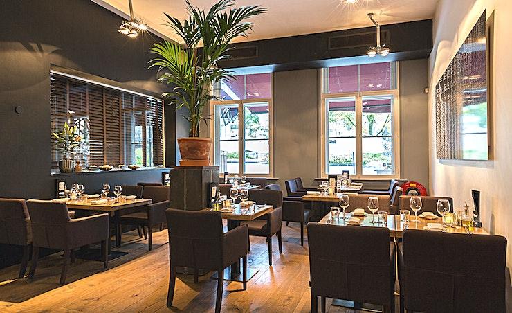 Mooii Room **Mooii Room bij Restaurant Mooii is een prachtige locatie voor uw volgende private dining in Rotterdam.**  Restaurant Mooii is gelegen aan het charmante Gelderseplein in de historische Oude Haven van Rotterdam. Mooii is de favoriete plek voor liefhebbers van lekker eten zonder al te veel poespas, in een vriendelijke Rotterdam sfeer. In aanvulling op het huiselijke à la carte restaurant is er ook een mooi terras en een aparte ruimte met een capaciteit van 10 tot 150 personen voor privé-lunches, drankjes, diners, vergaderingen en feesten.  De keuken van chef-kok Gerard van Gelderen bewijst dat gastronomische gerechten niet al te ingewikkeld hoeven te zijn. De basis van de keuken is Frans met invloeden van over de hele wereld. Het team werkt zoveel mogelijk met duurzame en biologische seizoensgebonden producten. Met een visie om de kwaliteit die we nastreven te bereiken, geven we de voorkeur om te werken met kleinere en lokale producenten.