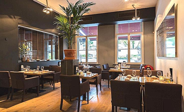Mooii Room 2 **Mooii Room 2 is een trendy en prachtig ontworpen ruimte voor uw privé-diner in Rotterdam.**  Restaurant Mooii is gelegen aan het charmante Gelderseplein in de historische Oude Haven van Rotterdam. Mooii is de favoriete plek voor liefhebbers van lekker eten zonder al te veel poespas, in een vriendelijke Rotterdam sfeer. In aanvulling op het huiselijke à la carte restaurant is er ook een mooi terras en een aparte ruimte met een capaciteit van 10 tot 150 personen voor privé-lunches, drankjes, diners, vergaderingen en feesten.   De keuken van chef-kok Gerard van Gelderen bewijst dat gastronomische gerechten niet al te ingewikkeld hoeven te zijn. De basis van de keuken is Frans met invloeden van over de hele wereld. Het team werkt zoveel mogelijk met duurzame en biologische seizoensgebonden producten. Met een visie om de kwaliteit die we nastreven te bereiken, geven we de voorkeur om te werken met kleinere en lokale producenten.