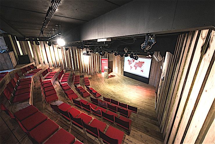 Geneve Zaal **De Geneve Zaal in het Humanity House is een evenementenlocatie met de perfecte setting voor uw volgende screening of conferentie.**  De Geneve Zaal is een multifunctionele theaterzaal met een overeenkomstige foyer waar er ruimte is voor groepen tot 100 personen.  De kamer heeft een vaste theateropstelling en is geschikt voor seminars, debatten, presentaties, workshops en filmvertoningen. Dankzij de intieme setting in de Geneve Zaal nodigt het interactie uit. In de aangrenzende foyer kunt u uw gasten te ontvangen, of lunches en drankjes organiseren. De kamer heeft moderne technische faciliteiten zoals een beamer, scherm, audio-installatie, microfoons en WiFi. Tijdens de bijeenkomst zal een werknemer u waar nodig helpen.