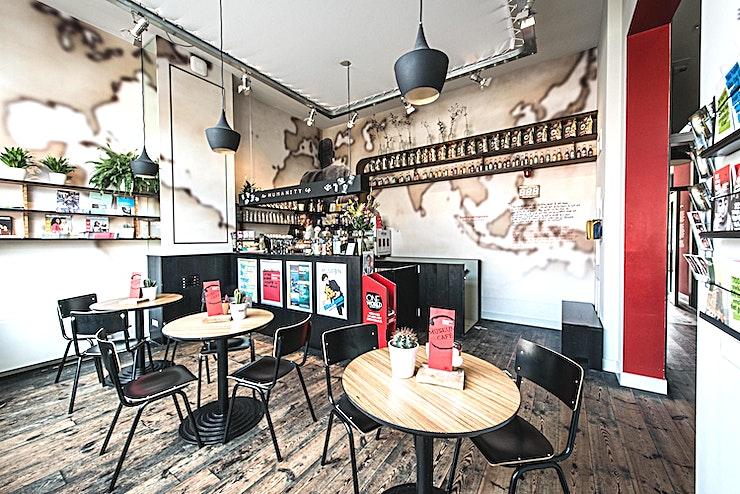 Het Humanity Cafe  Het museum cafe van het Humanity House is de perfecte locatie voor informele bijeenkomsten, zoals diners, drankjes of workshops. Laat uw gasten genieten van heerlijke hapjes en drankjes in een sfeervolle omgeving. In ons café serveren wij niet alleen de lekkerste espresso, cappuccino of latte macchiato, maar ook thee, sap, wijn en bier. Alles vers en fair trade.  Bij mooi weer kunt u onze grote terras gebruiken op de achterkant van het museum. Geniet van de rust en de ruimte van onze binnenplaats in het centrum van Den Haag!
