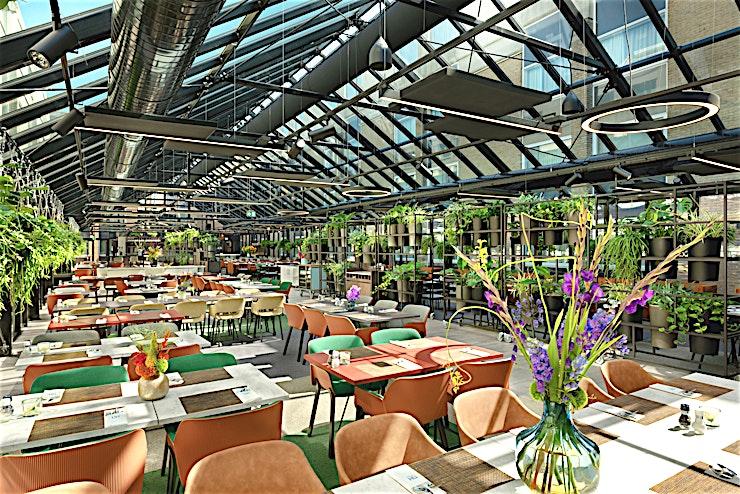 The Greenhouse **The Greenhouse ligt erg gunstig aan de luchthaven Schiphol en is een prachtig restaurant voor besloten diners en borrels.**  Het hotel is ideaal voor zakelijke bijeenkomsten en congressen met 16 multifunctionele vergaderzalen, waarvan de grootste 700 personen kan bedienen. Bijna alle vergaderzalen hebben natuurlijk daglicht en verstelbare muren waardoor u uw vergaderruimte of evenement kan opstellen zoals u dat wil.