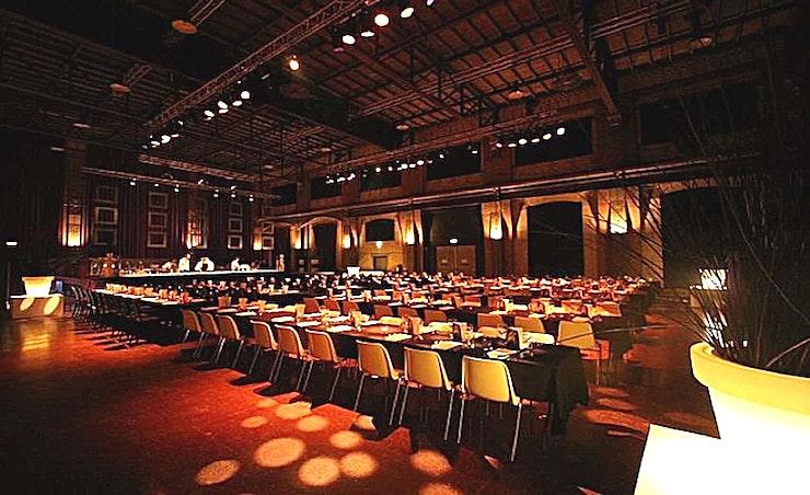 Turbinehal & Oliehuis **Turbinehal & Oliehuis zijn grote en prachtige evenementenlocaties van Light Factory. Hier kan u uw conferentie of een netwerkevenement in de buurt van Amsterdam hosten.**  Light Factory is een voorm