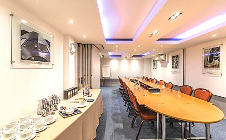 Broughton & Filton Room **The Broughton Room at No.4 Hamilton Place is a versatile meeting room for hire in Mayfair.**  Located in the new Airbus Business Suite on the lower ground floor, the Broughton Room is contemporary cool.   Features of the room includes WIFI throughout, air-conditioning, mood lighting and the use of the business suite with full IT facilities.   Keep up to date with the latest news in the business lounge linked to the Broughton and Filton Rooms.