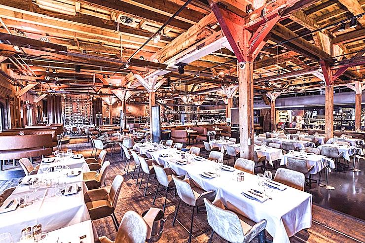 Restaurant  **U kunt het restaurant van Harbour Club Amsterdam Oost huren voor een unieke en leuke private dining experience.**  Een in Amsterdam gevestigde unieke locatie met een internationale allure, buitengewone sfeer en uitstekend eten. Met een mix tussen Miami, Barcelona en de Côte d'Azur is Harbour Club Amsterdam Oost in een oude wijn terminal een uistekende keuze. U zult versteld staan van de immense ruimte, het uitstekend vormgegeven interieur, het zes meter lange scherm, de ultieme smaaksensaties en het ruime terras. De Harbour Club Amsterdam Oost ligt op 5 minuten rijden van 'de Ring' en is voorzien van een parkeerplaats en een ligplaats locatie voor boten.