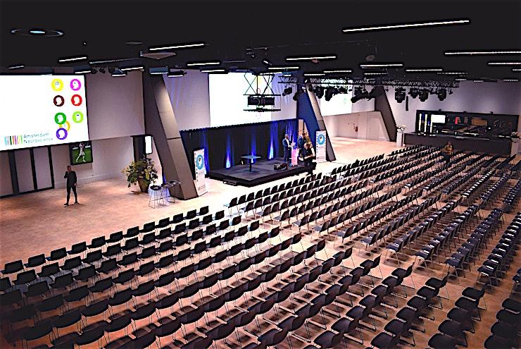 Amsterdam 72 **Op zoek naar een locatie die plaats biedt aan maximaal 1000 gasten in een van de meest unieke locaties in Amsterdam? Boek Amsterrdam 72 bij Johan Cruyff Arena voor een onvergetelijk prive-evenement.**  Een belangrijke gebeurtenis vraagt om een spectaculaire ruimte. De stijlvolle Amsterdam '72 kamer zal uw congres, seminarie of galadiner eer aandoen. De grootte en de hoogte zorgen voor een unieke setting zodat u enkel hoeft te belissen wat uw favoriete lay-out is. En na de wedstrijd is dit de ultieme plek om de wedstrijd te bekijken. Onze kamers zijn vernoemd naar de internationale finale. Deze kamer verwijst naar Amsterdam 1972, het jaar dat Ajax de beker voor de 5e keer won. Meer finales werden hier gehouden in 1973, 1987 1992 en 1995.  Laat uw gasten de roem van de Johan Cruijff ArenA ervaren tijdens uw evenement. Combineer de capaciteit van de zalen met het immense stadion als achtergrond. Dit zal uw verhaal specialer te maken! Gebruik het veld of de hoofdtribune als omgeving voor uw evenement.