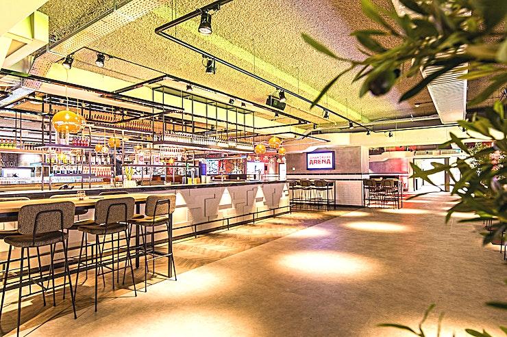 Glasgow 72  **Glasgow 72 in de Johan Cruijff Arena biedt een prachtig decor voor uw volgende borrel of privé-diner in Amsterdam.**  Ontvang uw gasten in een unieke ruimte met een prachtig uitzicht op het veld. Met een lengte van 70 meter kunnen u en uw gasten zich in een oneindig grote skybox begeven.  Glasgow '72 maakt de dynamiek van de Johan Cruijff Arena bijna tastbaar. De lounge is ideaal voor een receptie of diner. Zelfs workshops, brainstormsessies of vergaderingen worden hier gegeven met een extra dimensie.  Laat uw gasten de roem van de Johan Cruijff ArenA ervaren tijdens uw evenement. Combineer de capaciteit van de zalen met het immense stadion als achtergrond. Dit zal uw verhaal specialer te maken! Gebruik het veld of de hoofdtribune als omgeving voor uw evenement.