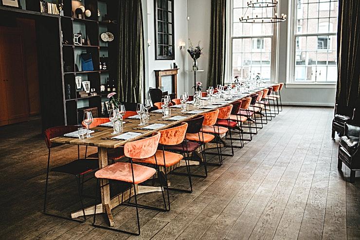 Private Dining **Jacbosz is een van de beste private dining locaties in Amsterdam. Hun uniek menu en de prachtige omgeving maakt het de perfecte ruimte om te huren voor zakelijke of persoonlijke besloten diners.**  Een eigen entree, receptie bar, toiletten, verlichting en aangepaste muziek wordt verzorgd om ervoor te zorgen dat uw bedrijf volledig is uitgerust. Het Private Dining gebied is ideaal om te dineren met een grotere groep. U zult dezelfde sfeer ervaren als in het restaurant, maar voor een private partij. Het menu is op basis van seizoensgebonden producten, ondersteund door een uitgebreide selectie van wijnen dat een oplossing biedt voor iedereen. De maximale capaciteit is 52 personen, voor een walking dinner tot 100 gasten.   Voor private dining zal het menu ofwel 3, 4 of 5 gangen zijn. Elke gang heeft een keuze uit vis, vlees of vegetariër. De gerechten veranderen iedere zes weken, maar het concept blijft hetzelfde. Als gevolg van dit concept is het mogelijk, zelfs met een grotere groep, de gerechten op de avond zelf te kiezen.