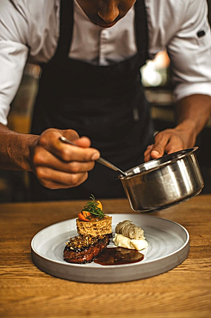 Bolder Terrace **De Bolder Terrace van Jacobsz is een leuke en unieke buitenruimte waar je een borrel of private partij kan hosten.**  Een eigen entree, receptie bar, toiletten, verlichting en aangepaste muziek wordt verzorgd om ervoor te zorgen dat uw bedrijf volledig is uitgerust. Het Private Dining gebied is ideaal om te dineren met een grotere groep. U zult dezelfde sfeer ervaren als in het restaurant, maar voor een private partij. Het menu is op basis van seizoensgebonden producten, ondersteund door een uitgebreide selectie van wijnen dat een oplossing biedt voor iedereen. De maximale capaciteit is 52 personen, voor een walking dinner tot 100 gasten.    Voor private dining zal het menu ofwel 3, 4 of 5 gangen zijn. Elke gang heeft een keuze uit vis, vlees of vegetariër. De gerechten veranderen iedere zes weken, maar het concept blijft hetzelfde. Als gevolg van dit concept is het mogelijk, zelfs met een grotere groep, de gerechten op de avond zelf te kiezen.