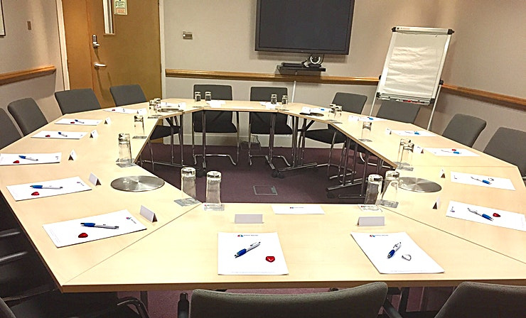 King James **King James is a modern meeting room for hire in Kings Langley.**  The King James suite has a capacity of up to 16 delegates in board room style, inbuilt AV equipment, Ruckus Wi-Fi and flip chart.   This suite is multi-use and can be reserved as part of the market research viewing facility.