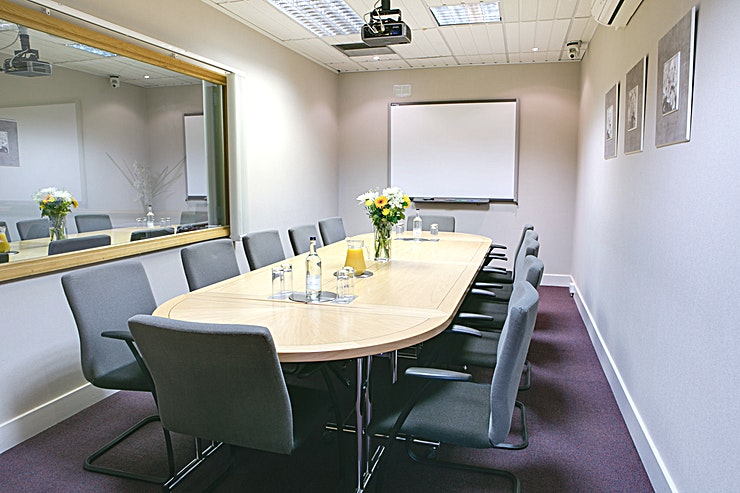 King Edward **King Edward is a modern meeting room for hire in Kings Langley.**  The King Edward suite has a capacity of up to 12 delegates in board room style, inbuilt AV equipment, Ruckus Wi-Fi and flip chart.  This suite is multi-use and can be reserved as part of the market research viewing facility