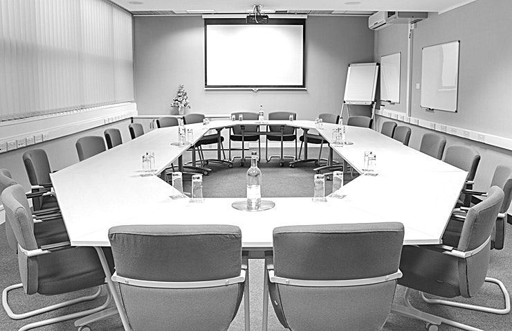 King George **The King George suite has a capacity of up to 20 delegates in board room style, inbuilt AV equipment, Ruckus WiFi and flip chart.**   Offering natural daylight and an abundance of space.