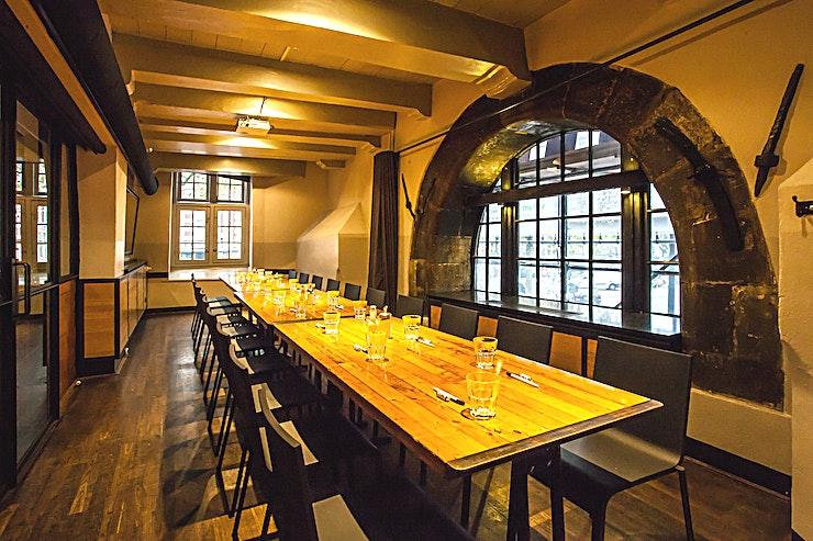 Gueldersroom **De gulden kamer in Cafe In de Waag is een unieke en stijlvolle private dining locatie te huur in de hoofdstad.**  In het deel van Amsterdam dat nooit slaapt vindt je een plein genaamd 'Nieuwmarkt'. Dit plein heeft een prachtige kasteel in het centrum, genaamd 'De Waag' of voorheen bekend als St. Anthony's Gate.  In dit karakteristieke monument, dat oorspronkelijk gebouwd is in 1488, bevindt zich Restaurant-Café In de Waag: de ideale plek in het hart van Amsterdam voor een lunch, borrel, vergadering of diner. Het prachtige historische gebouw wordt verlicht door 300 kaarsen.