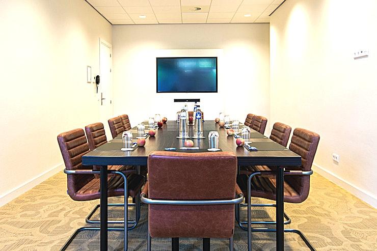 2e Kamer **2e kamer van Babylon Hotel Den Haag is dankzij haar geweldige design de perfecte setting voor uw volgende vergadering in Den Haag. **   Babylon complex, gelegen direct naast het Centraal Station van Den Haag,  is gemakkelijk bereikbaar met de auto en natuurlijk ook met het openbaar vervoer. Het heeft 7 verschillende zalen die gecombineerd kunnen worden in een multifunctionele wijze. Alle kamers zijn uitgerust met state-of-the-art audiovisuele apparatuur en hun eigen Wi-Fi-netwerk. De kamers variëren van 35 m² tot 200 m² en via onze partner, New Babylon Meeting Center, kunnen we zelfs ruimtes tot 600 m² aanbieden!   Alle bekende attracties liggen binnen handbereik, maar je zult ook meer dan een handvol van de speciale boetieks en hotspots in de directe omgeving vinden. Veel van de Nederlandse ministeries en overheidsinstanties zijn op loopafstand. Met de tram aan de ingang van het hotel bevindt u zich in no-time op de boulevard van Scheveningen.