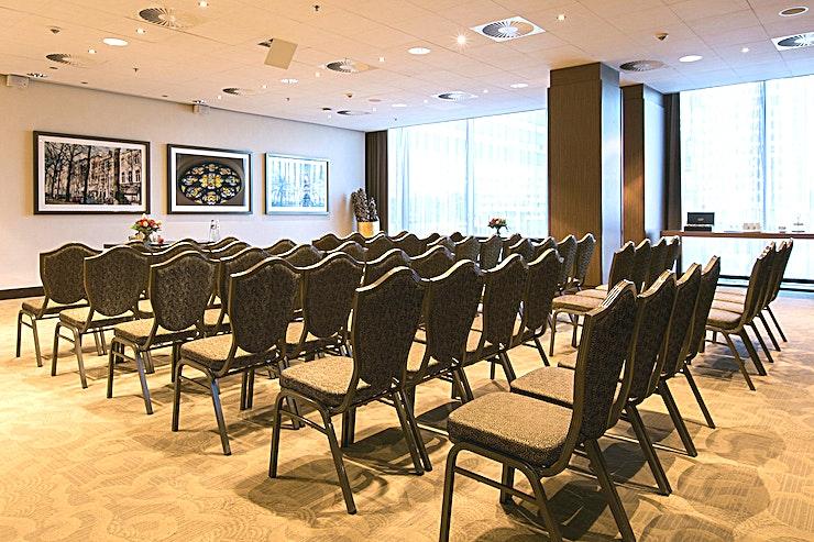 Lange Voorhout **De Lange Voohoutt van Babylon Hotel Den Haag is een moderne vergaderzaal met veel ruimte voor een kleine conferentie in Den Haag te organiseren.**   Babylon complex, gelegen direct naast het Centraal Station van Den Haag,  is gemakkelijk bereikbaar met de auto en natuurlijk ook met het openbaar vervoer. Het heeft 7 verschillende zalen die gecombineerd kunnen worden in een multifunctionele wijze. Alle kamers zijn uitgerust met state-of-the-art audiovisuele apparatuur en hun eigen Wi-Fi-netwerk. De kamers variëren van 35 m² tot 200 m² en via onze partner, New Babylon Meeting Center, kunnen we zelfs ruimtes tot 600 m² aanbieden!   Alle bekende attracties liggen binnen handbereik, maar je zult ook meer dan een handvol van de speciale boetieks en hotspots in de directe omgeving vinden. Veel van de Nederlandse ministeries en overheidsinstanties zijn op loopafstand. Met de tram aan de ingang van het hotel bevindt u zich in no-time op de boulevard van Scheveningen.