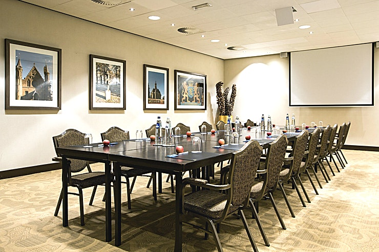Binnenhof **Binnenhof is een luxe vergaderlocatie van Babylon Hotel Den Haag. Het beschikt over een stijlvolle setting en biedt plaats aan maximaal 70 personen in theateropstelling.**  Babylon complex, gelegen direct naast het Centraal Station van Den Haag,  is gemakkelijk bereikbaar met de auto en natuurlijk ook met het openbaar vervoer. Het heeft 7 verschillende zalen die gecombineerd kunnen worden in een multifunctionele wijze. Alle kamers zijn uitgerust met state-of-the-art audiovisuele apparatuur en hun eigen Wi-Fi-netwerk. De kamers variëren van 35 m² tot 200 m² en via onze partner, New Babylon Meeting Center, kunnen we zelfs ruimtes tot 600 m² aanbieden!  Alle bekende attracties liggen binnen handbereik, maar je zult ook meer dan een handvol van de speciale boetieks en hotspots in de directe omgeving vinden. Veel van de Nederlandse ministeries en overheidsinstanties zijn op loopafstand. Met de tram aan de ingang van het hotel bevindt u zich in no-time op de boulevard van Scheveningen.