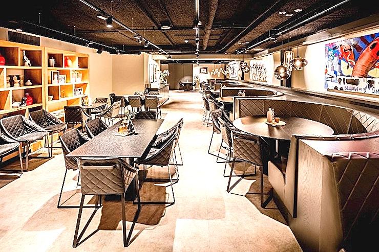 Restaurant On Fifth **Op zoek naar een private dining ervaring als geen ander? Huur On Fifth bij Johan Cruijff Arena voor een aangename sfeer en een onvergetelijk evenement.**  Heerlijk dineren in een VIP atmosfeer in On Fifth. Bij On Fifth kunt u uw zakelijke contacten culinaire hoogstandjes aanbieden in een verfijnde sfeer. Het restaurant werd opgezet in samenwerking met Peter Lute.  Laat uw gasten de roem van de Johan Cruijff ArenA ervaren tijdens uw evenement. Combineer de capaciteit van de zalen met het immense stadion als achtergrond. Dit zal uw verhaal specialer te maken! Gebruik het veld of de hoofdtribune als omgeving voor uw evenement.