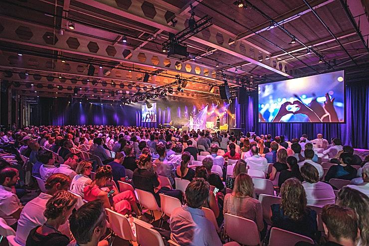 Tabaksfabriek **Gelegen op de Van Nelle Fabriek, Tabaksfabriek is een mooie zaal perfect voor uw volgende conferentie in Rotterdam.**  Van TED Talks om voedsel vrachtwagens. Van intiem diner tot bedrijfsfeest. Ge